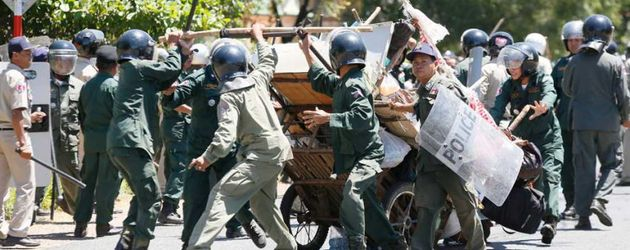 Cambodia: peaceful marchers beaten
