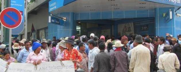 Farmers protest at ANZ Bank against land grabs