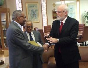 Le Dr Abdelbagi Ismail, de l'IRRI, Ahmed Al-Sadhan du ministère saoudien du Commerce et de l'Industrie, et Bob Zeigler, Directeur général de l'IRRI